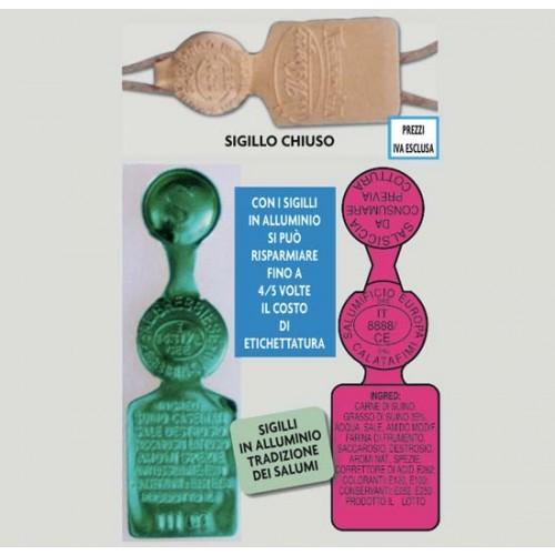 Sigilli in alluminio a Bandiera mm 64x19, personalizzati, stampati in rilievo senza inchiostri di stampa. Pertanto idonei ad andare anche a diretto contatto con l'alimento.