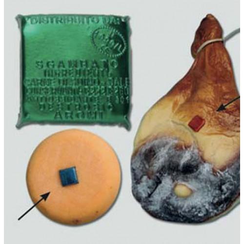 Sigilli o etichette in alluminio a 4 punte mm 30, personalizzati o non personalizzati, per formaggi, prosciutti, coppe e pancette. Stampati in rilievo senza inchiostri di stampa. Pertanto idonei ad andare anche a diretto contatto con l'alimento.