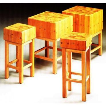 Ceppi in legno di robinia spessore cm 30, con sgabello in legno. Altezza totale ceppo + sgabello cm 90.