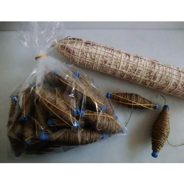 Gomitoli di spago in spolette per salami, colore naturale scuro, titolo 2/4.