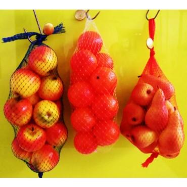 Frutta finta artificiale in offerta, per decorazione vetrine, confezionata in sacchi di rete con un sigillo di garanzia.