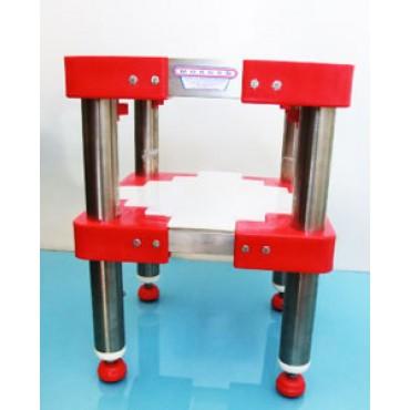 Sgabelli inox per ceppi in plastica o legno, con gambe inox tonde pesanti diametro 60/76, altezza a richiesta secondo l'altezza del ceppo.