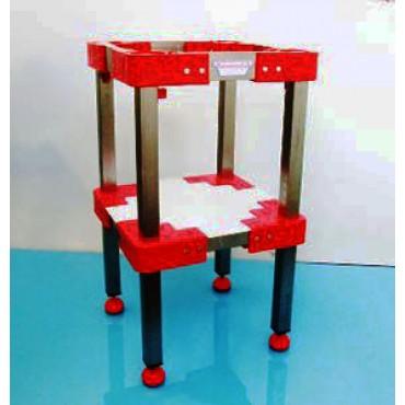 Sgabelli inox per ceppi in plastica o legno, con gambe inox quadre mm 40x40, altezza a richiesta secondo l'altezza del ceppo.