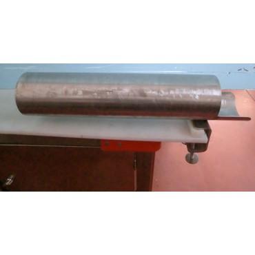 Tubi in acciaio inox insaccareti per arrosti e salumi, con caricatore a ogiva, e con sistema di bloccaggio al tavolo con morsetti.